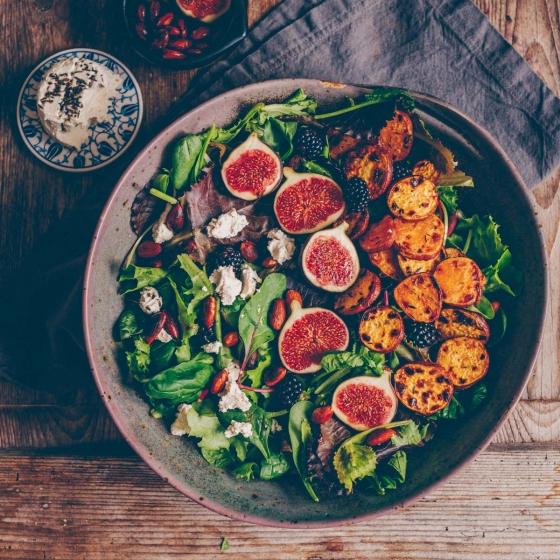 Salat mit gerösteten Süsskartoffeln und Feigen