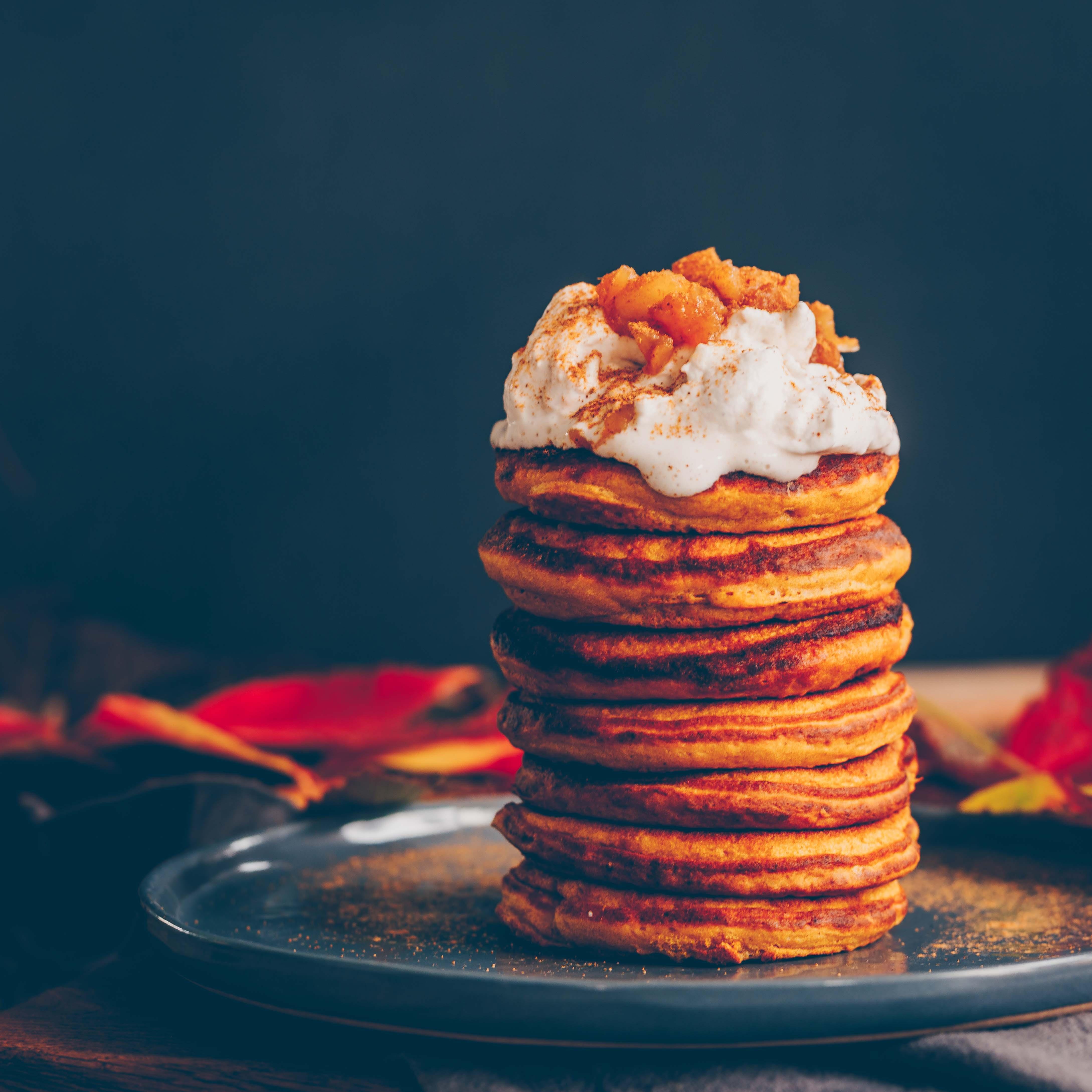 vegane Kürbis-Pancakes mit Apfel-Zimt Sahne