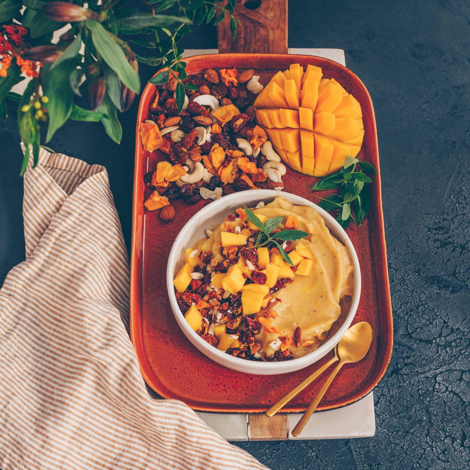 Mango Nicecream mit Trockenfrüchten