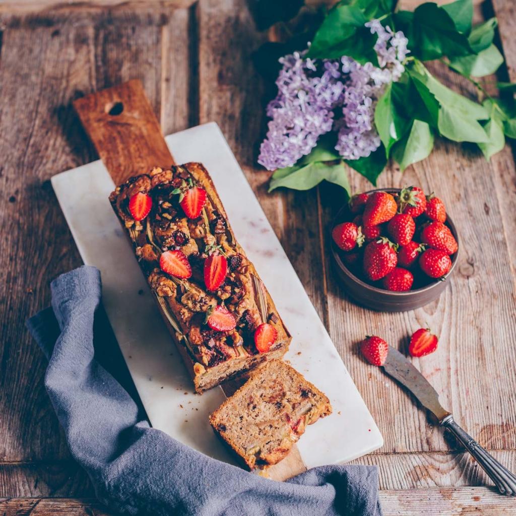 Bananen-Brot mit Erdbeeren und Rhabarber
