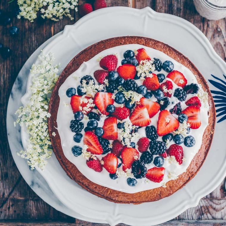 Almond sponge cake with berries