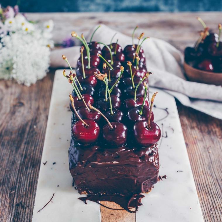 Schokoladenkuchen mit Zuchetti und Kirschen