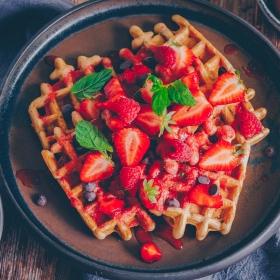 Waffeln mit Erdbeere-Minz-Kompott
