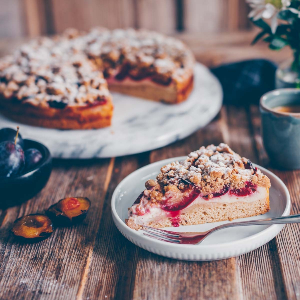 Plum cake with crumbles and curd layer