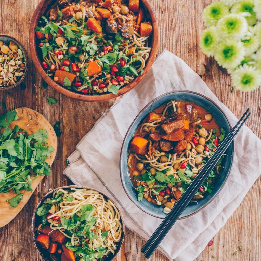 Kürbis-Curry mit Kichererbsen und Mie-Nudeln