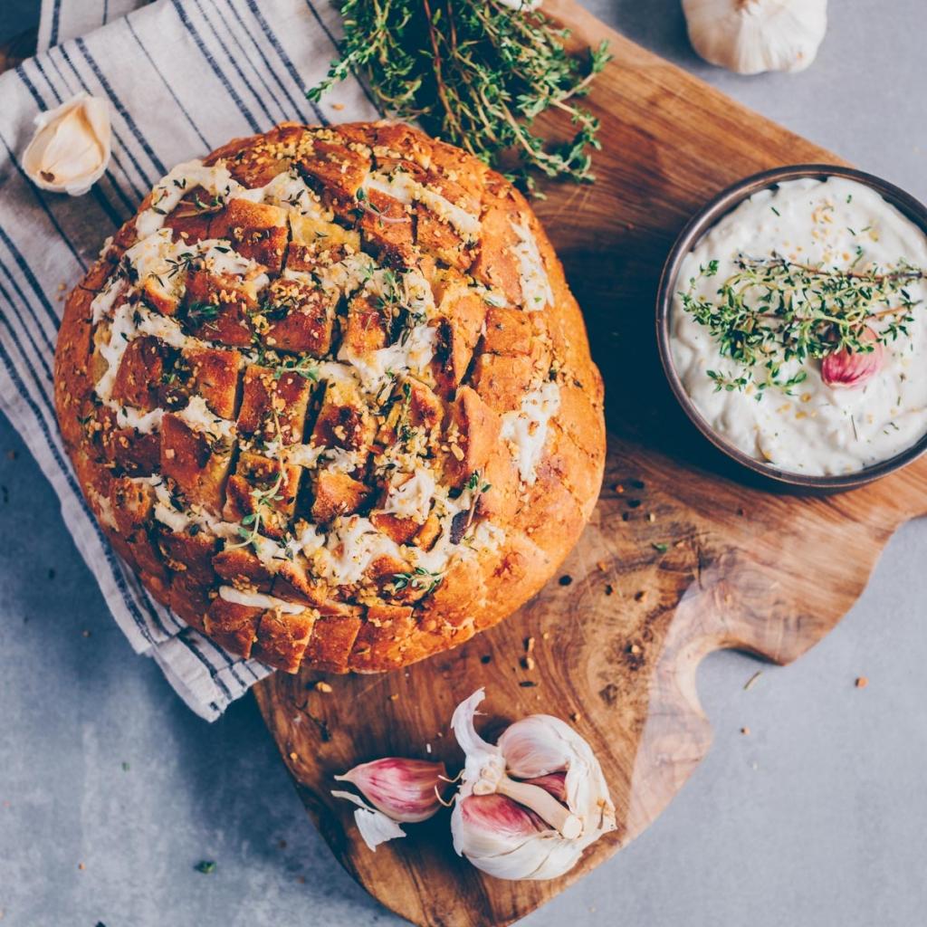 Garlic bread with garlic dip