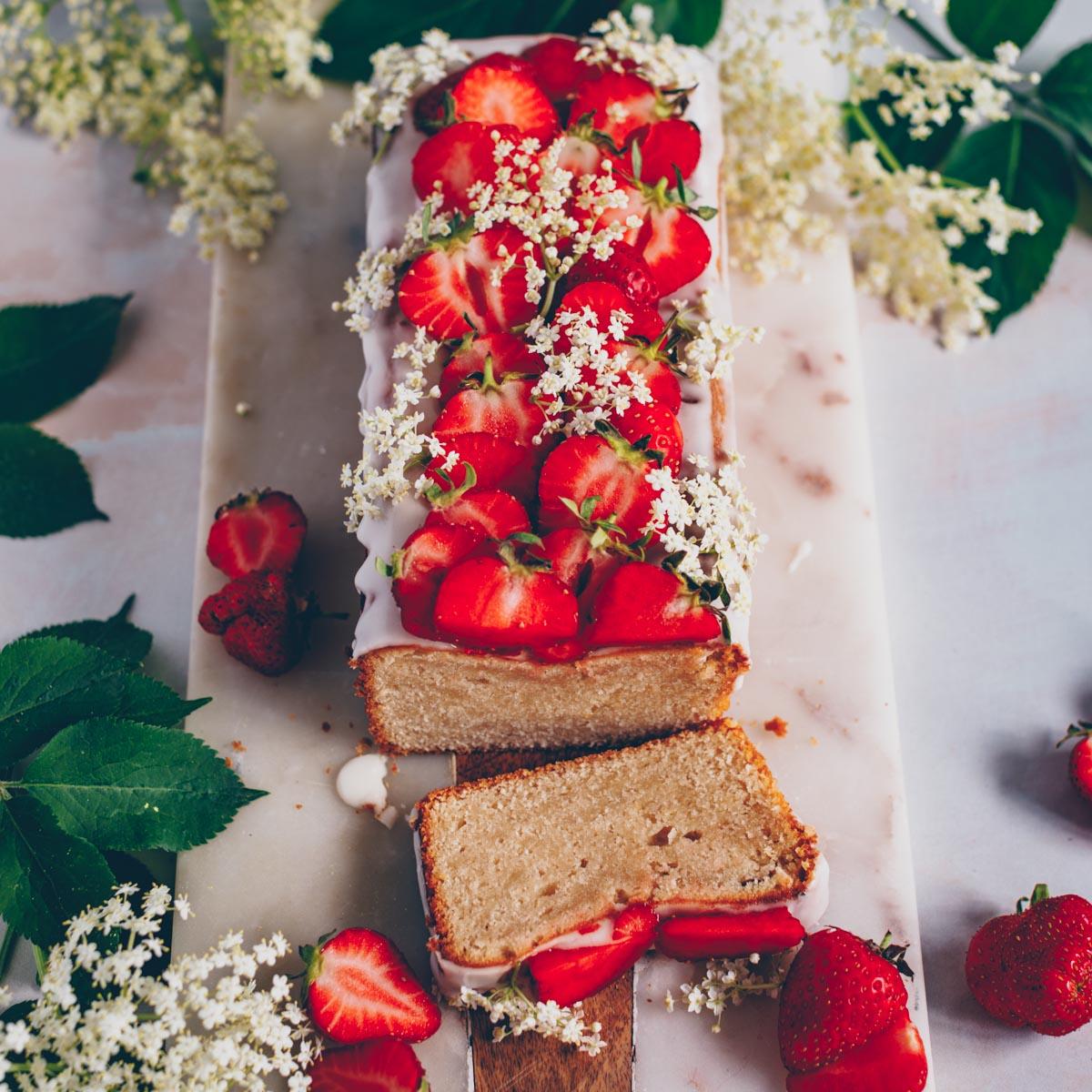 Zitronenkuchen mit Holunderblütensirup und Erdbeeren