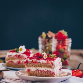 Erdbeeren Rhabarber Tiramisu vegan