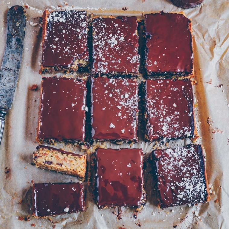 Zucchini-Blondies mit Schokolade