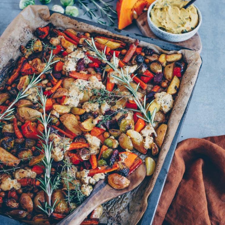 Herbstliches Ofengemüse mit veganem Feta