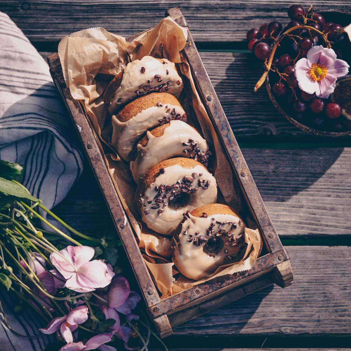 Vegane Donuts mit Kaffee-Glasur