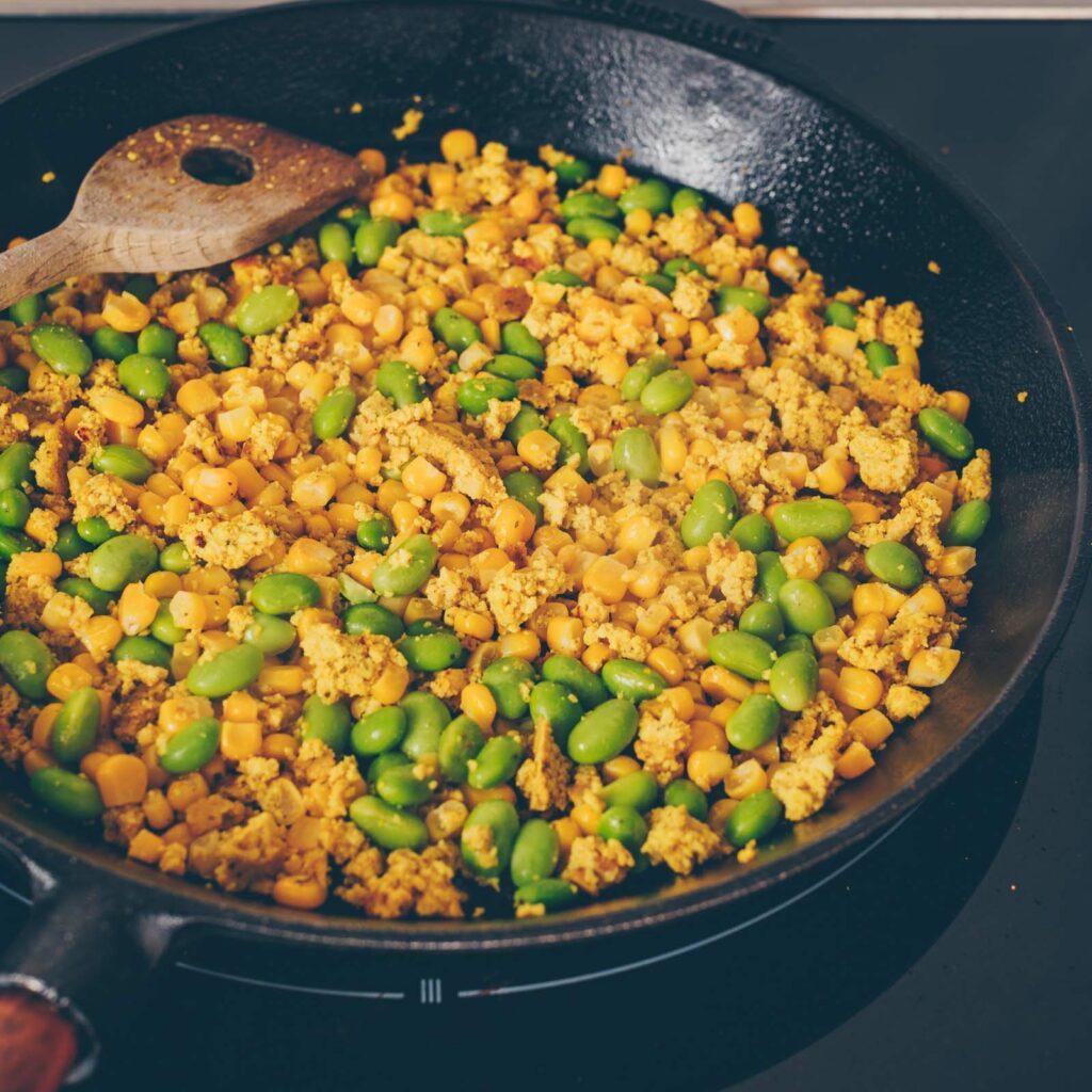 Tofu in der Bowl mit Reis und Gemüse