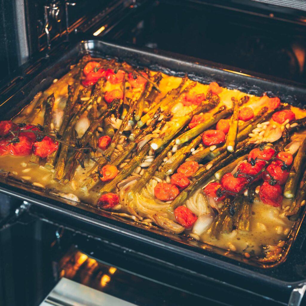Grüner Spargel mit Tomaten, veganem Feta, Pinienkernen und dazu Kartoffeln und Bärlauchpesto