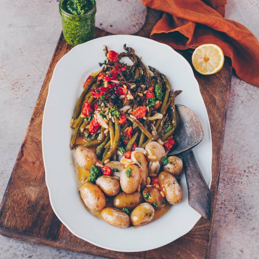 Grüner Spargel mit Tomaten, veganem Feta und dazu Kartoffeln und Bärlauchpesto